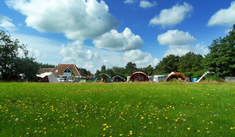 Tenten op het kampeerterrein in de zomer